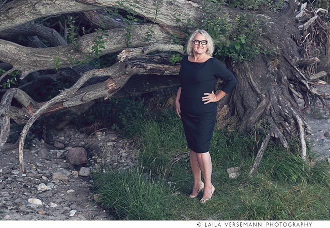 Lone bliver fotograferet foran et stort væltet træ